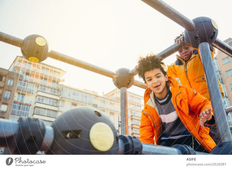 Kinder haben Spaß auf dem städtischen Spielplatz. Freude Glück Freizeit & Hobby Spielen Winter Klettern Bergsteigen Junge Mann Erwachsene Kindheit Herbst Park