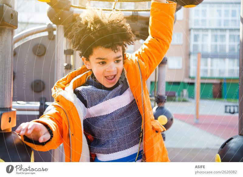 Glücklicher kleiner Junge, der Spaß auf dem Spielplatz hat. Freude Freizeit & Hobby Spielen Winter Klettern Bergsteigen Kind Mann Erwachsene Kindheit Herbst