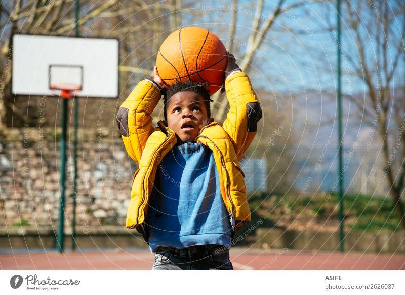Der Korb ist zu hoch für kleine Jungs. Freude Glück Erholung Freizeit & Hobby Spielen Winter Sport Kind Schule Junge Kindheit Herbst Spielplatz Mantel niedlich