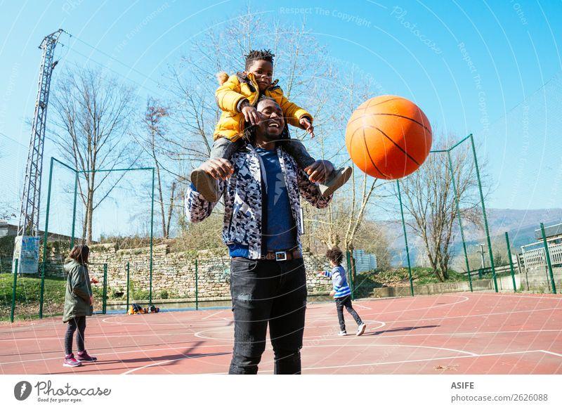 Papa und kleiner Sohn beim Basketball spielen Freude Glück Erholung Freizeit & Hobby Spielen Winter Sport Schule Junge Eltern Erwachsene Vater