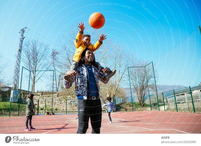 Basketball spielen mit Papa Freude Glück Erholung Freizeit & Hobby Spielen Winter Sport Schule Junge Eltern Erwachsene Vater Familie & Verwandtschaft Herbst