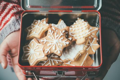 Weihnachtsplätzchen in einer Kinder-Lunchbox Dessert Mittagessen Dekoration & Verzierung Weihnachten & Advent Hand Menschengruppe Baum Metall lecker braun