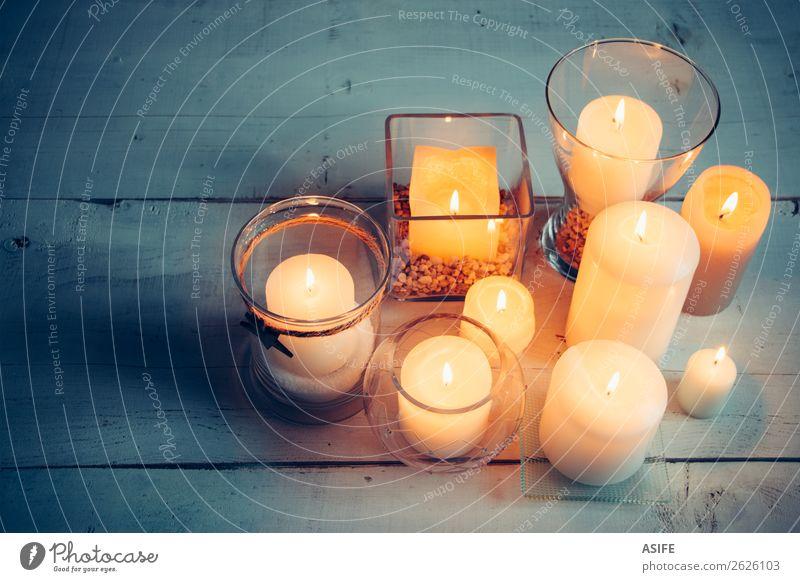 Weihnachtskerzen auf Holzuntergrund Dekoration & Verzierung Tisch Feste & Feiern Weihnachten & Advent Wärme Kerze Ornament glänzend dunkel einfach hell blau