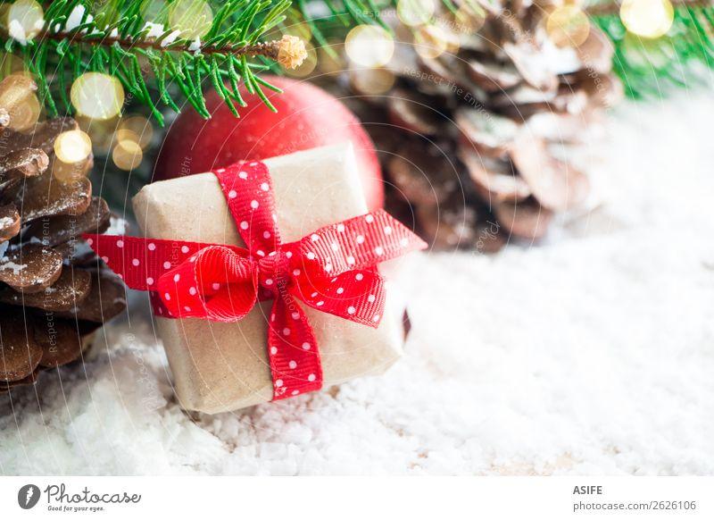 Kleines Weihnachtsgeschenk Ferien & Urlaub & Reisen Winter Schnee Dekoration & Verzierung Weihnachten & Advent Natur Baum Kasten Holz grün rot weiß Hintergrund