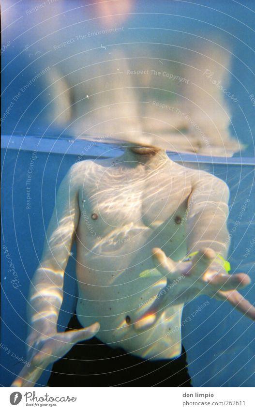 Gib mir die Kamera! Mann blau schön Schwimmen & Baden Freizeit & Hobby maskulin Schwimmbad analog Wasseroberfläche greifen strecken Freibad
