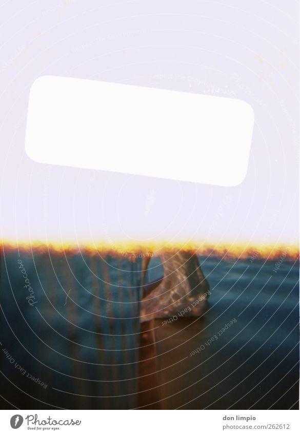 Ende im Gelände! Fuß stehen Wasser Wasseroberfläche Schwimmbad Schwimmen & Baden Freibad Freizeit & Hobby analog weiß blau Farbfoto Unterwasseraufnahme