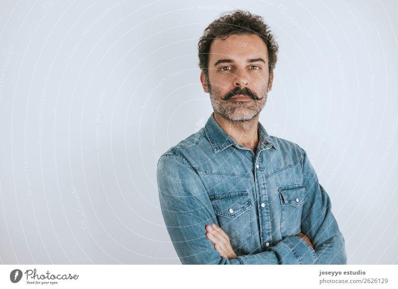 Porträt eines braunen, gutaussehenden Mannes mit Schnurrbart. Lifestyle Gesicht Mensch Erwachsene 30-45 Jahre Mode Hemd Oberlippenbart Vollbart Lächeln stehen