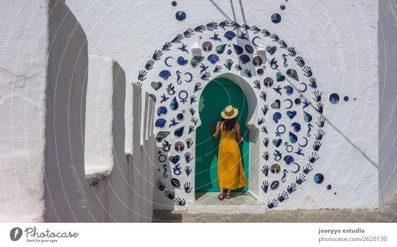 Frau in einer dekorierten arabischen Tür. Lifestyle Stil Ferien & Urlaub & Reisen Tourismus Ausflug Städtereise Sommer Sommerurlaub Sonne Erwachsene 1 Mensch