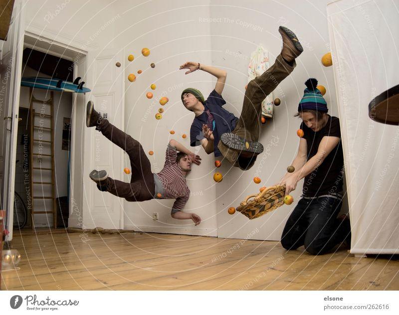 MIT ESSEN SPIELT MAN NICHT Mensch Jugendliche Freude 18-30 Jahre Erwachsene Leben lustig Bewegung Lebensmittel fliegen Freundschaft springen Wohnung Frucht