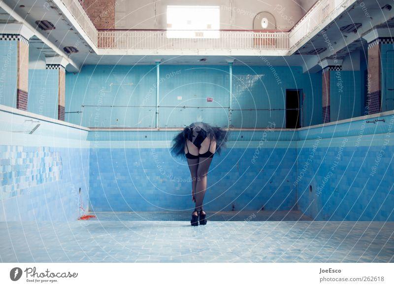 600 Frau schön Einsamkeit Erwachsene feminin Architektur Stil Beine Mode Feste & Feiern Raum elegant ästhetisch Tanzveranstaltung stehen Show