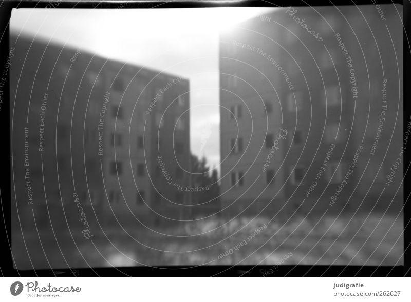 Haßleben alt Stadt Einsamkeit Haus Fenster Wand Architektur Mauer Gebäude Fassade leer Häusliches Leben kaputt Wandel & Veränderung trist Bauwerk