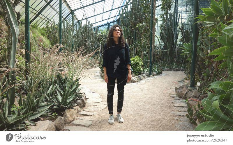 Frau in einem botanischen Gewächshaus Lifestyle Ferien & Urlaub & Reisen Tourismus Ausflug Garten Erwachsene Leben 1 Mensch 30-45 Jahre Umwelt Natur Pflanze