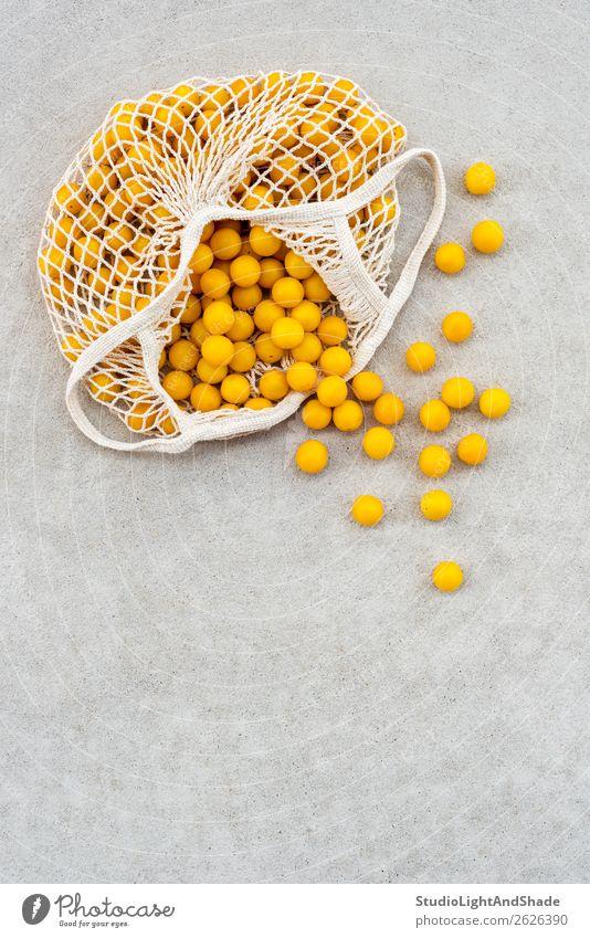 Gelbe Pflaumen in einer Baumwoll-Mesh-Tasche Lebensmittel Frucht Ernährung Lifestyle kaufen Gesunde Ernährung Freizeit & Hobby Sommer Garten Gartenarbeit