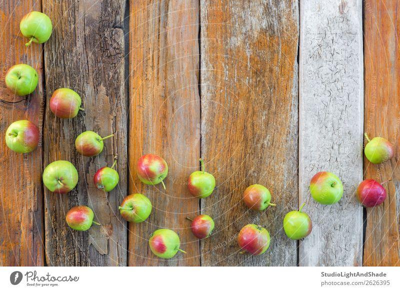 Grüne und rote Äpfel auf altem Holzgrund Lebensmittel Frucht Apfel Ernährung Bioprodukte Vegetarische Ernährung Sommer Garten Gartenarbeit Landwirtschaft