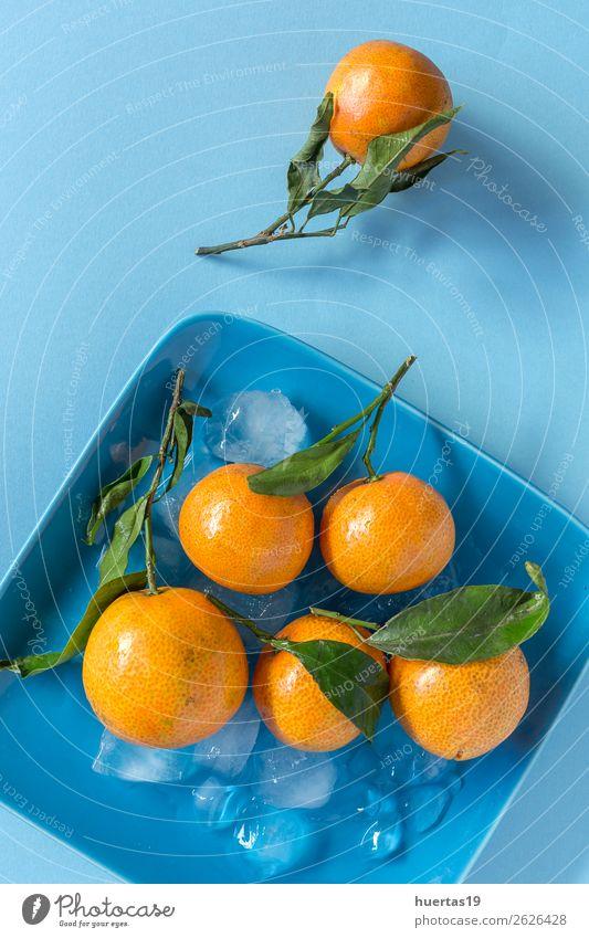 Frische Mandarinen in der Saison. Lebensmittel Frucht Orange Vegetarische Ernährung Diät Saft Gesunde Ernährung Kunst frisch natürlich blau grün Zitrusfrüchte