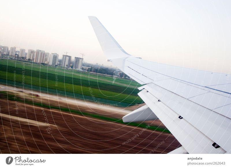 Abflug Ferien & Urlaub & Reisen Ferne Sommerurlaub Luftverkehr Wolkenloser Himmel Feld Hochhaus Verkehrsmittel Flugzeug Landebahn Flugzeuglandung Flugzeugstart