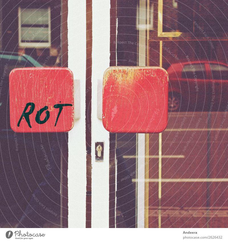 Hauseingang mit roten Türgriffen und Spiegelung Stadt Fassade Fenster Straße PKW Holz Glas Häusliches Leben braun gold weiß Eingang Griff Schloss Linie