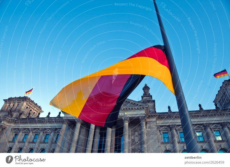 Deutschlandfahne vor dem Reichstag Himmel Himmel (Jenseits) Architektur Berlin Tourismus Textfreiraum Fassade Wind Deutsche Flagge Trauer Hauptstadt Fahne wehen