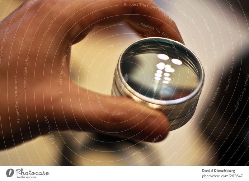 (Tropfen)Suchmaschine Hand Finger Glas silber Gerät Nahaufnahme glänzend festhalten Filter greifen Lupeneffekt Drehgewinde Reflexion & Spiegelung Farbfoto