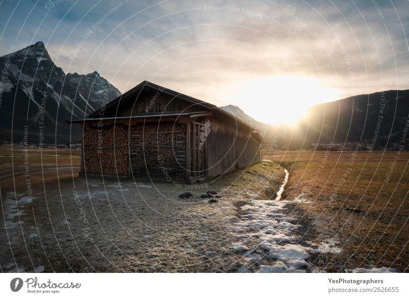 Scheune mit Brennholz bei Sonnenuntergang in den Alpen Ferien & Urlaub & Reisen Winter Schnee Berge u. Gebirge Natur Landschaft Wetter Wiese Gipfel Dorf Hütte