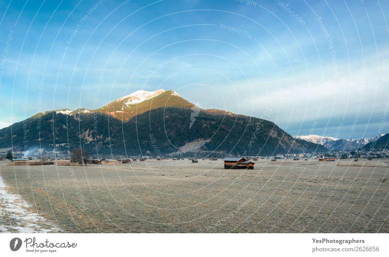 Gefrorene Wiese und Dorf in den Alpen Ferien & Urlaub & Reisen Winter Schnee Berge u. Gebirge Natur Landschaft Ehrwald Österreich Hütte ruhig alpin Österreicher