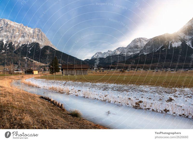 Schneebedeckte Berge und gefrorener Fluss Ferien & Urlaub & Reisen Winter Berge u. Gebirge Natur Landschaft Wetter Wiese Alpen Gipfel Dorf Hütte weiß alpin