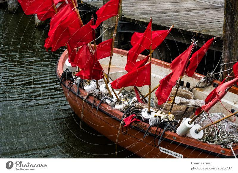 Fischerboot, Fischerfahnen Fischernetz rot Meer Vorpommersche Boddenlandschaft Bucht Hafen Ostsee Natur Fischereiwirtschaft Ausflug schlechtes Wetter Küste