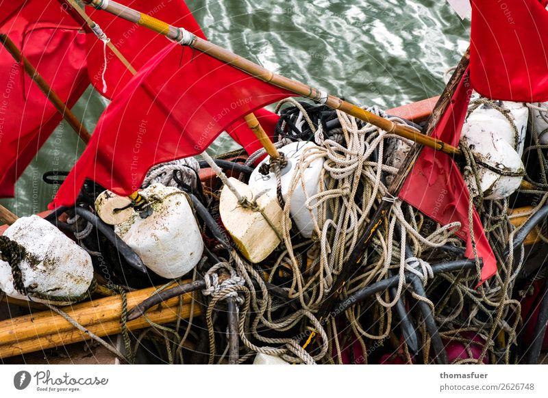 Fischerfahnen, Meer Fischernetz rot Vorpommersche Boddenlandschaft Bucht Ostsee Natur Fischereiwirtschaft Ausflug Himmel schlechtes Wetter Küste Fischerdorf