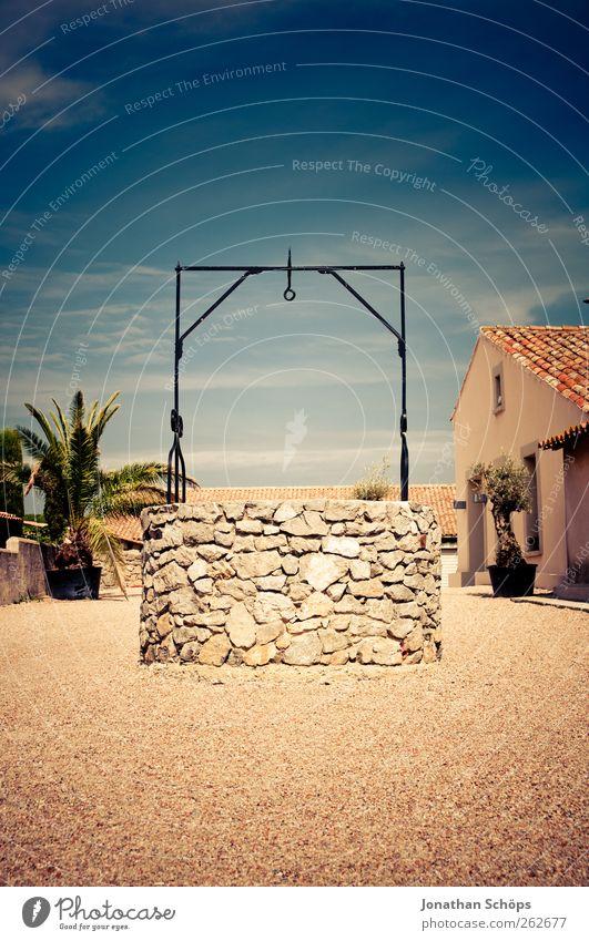 Der Brunnen Himmel Sonne Sommer Haus ruhig Wärme Stein Ausflug leer Brunnen Dorf entdecken Palme Frankreich exotisch Kies