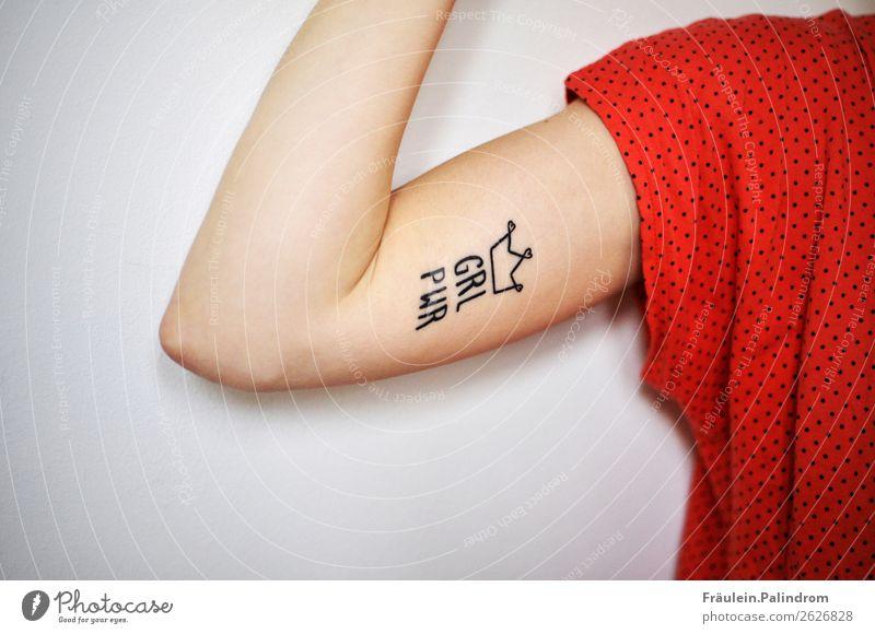 GRL PWR Lifestyle Stil feminin Junge Frau Jugendliche Arme 1 Mensch Coolness authentisch frei rebellisch stark Stadt Stolz Energie Muskulatur Tattoo Krone