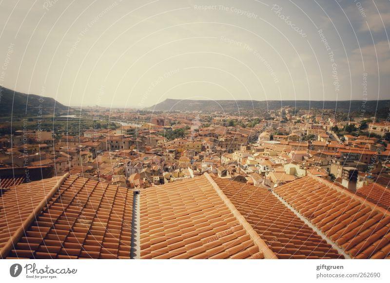 über den dächern von bosa Himmel alt Stadt rot Wolken Haus Ferne Berge u. Gebirge Architektur Gebäude Perspektive Dach Bauwerk Italien Aussicht Dorf
