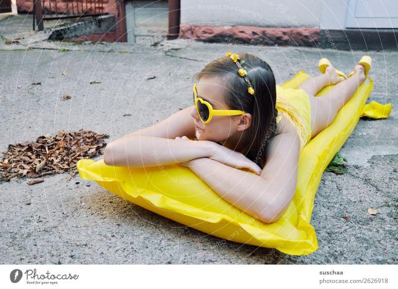 den sommer zurück haben wollen III Sommer Herbst Blatt Sehnsucht Ferien & Urlaub & Reisen Schwimmen & Baden Luftmatratze gelb Sonnenbrille Kind Mädchen