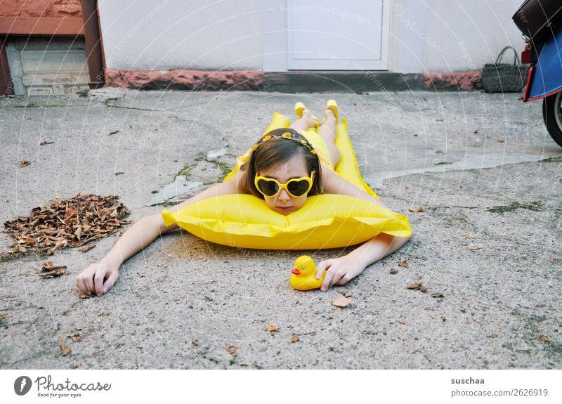 den sommer zurück haben wollen .. Sommer Herbst Blatt kalt Sehnsucht Ferien & Urlaub & Reisen Schwimmen & Baden Luftmatratze gelb Sonnenbrille Kind Mädchen