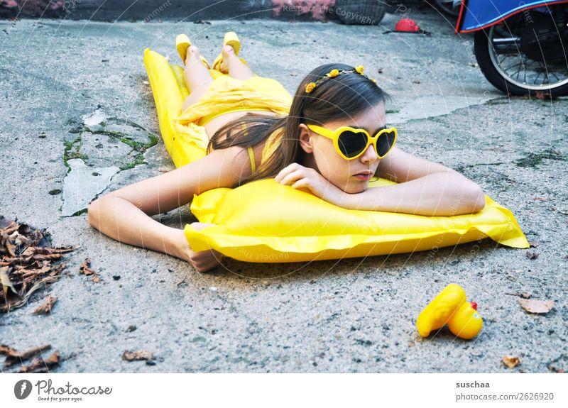 den sommer zurück haben wollen II Sommer Herbst Blatt kalt Sehnsucht Ferien & Urlaub & Reisen Schwimmen & Baden Luftmatratze gelb Sonnenbrille Kind Mädchen