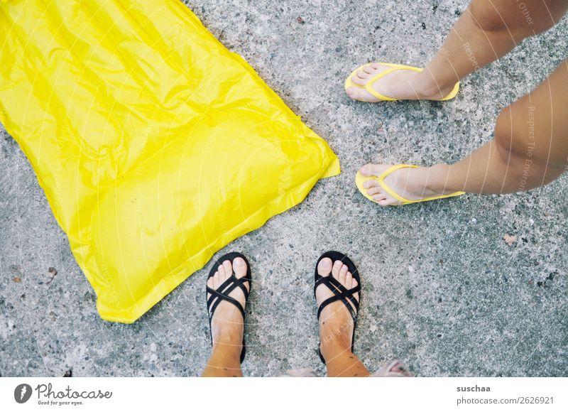 gelbe luftmatratze Luftmatratze aufgeblasen Sommer Ferien & Urlaub & Reisen Schwimmen & Baden Strand schwimmen Fuß 2 Menschen Beine Asphalt Flipflops Wärme