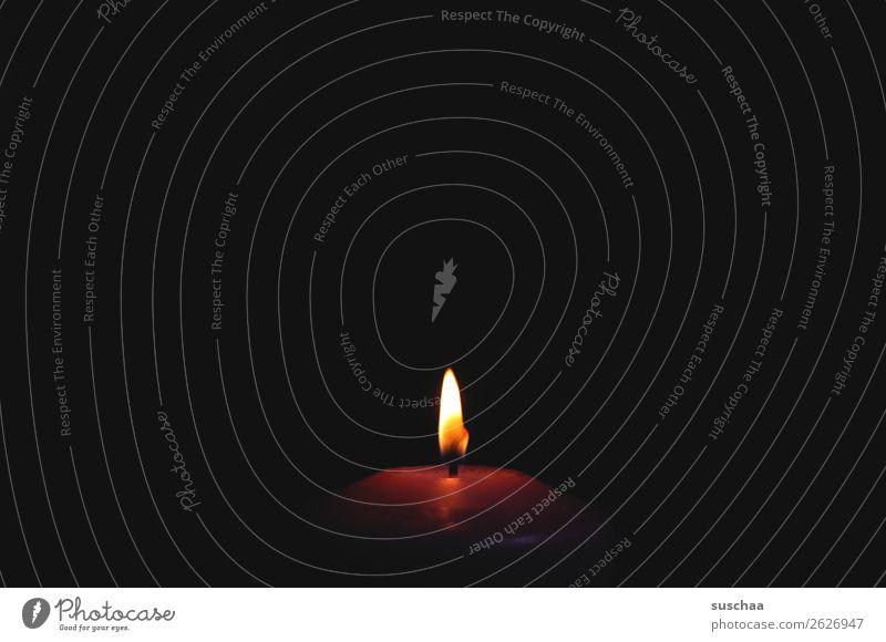 sanfte erleuchtung Einsamkeit dunkel Feuer Kerze brennen Flamme Lichtschein Erkenntnis Docht