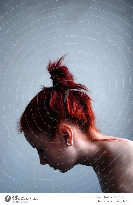 dino.2. feminin Junge Frau Jugendliche Haare & Frisuren Gesicht Rücken 1 Mensch Mauer Wand rothaarig Dutt einzigartig kalt dünn Farbfoto Gedeckte Farben