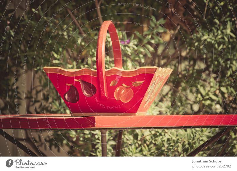 Das Körbchen auf dem Tischchen grün schön rot Pflanze Holz Glück Zufriedenheit Frucht ästhetisch Häusliches Leben Sträucher Kitsch genießen Handwerk Sammlung