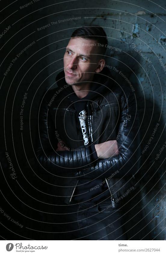 Stefan Mensch Mann Stadt ruhig dunkel Erwachsene Wand Zeit Mauer maskulin warten Vergänglichkeit beobachten Neugier festhalten Gelassenheit