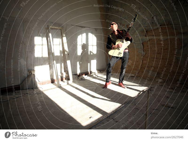 GuitarMan Mensch Mann dunkel Erwachsene Leben Bewegung Spielen Stimmung wild Raum maskulin Musik stehen Kreativität festhalten Leidenschaft