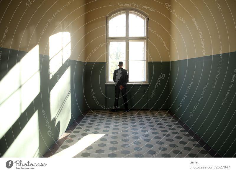 Gedanken am Fenster Mensch Mann Stadt Einsamkeit dunkel Architektur Erwachsene Wand Zeit Mauer Denken Raum maskulin träumen ästhetisch