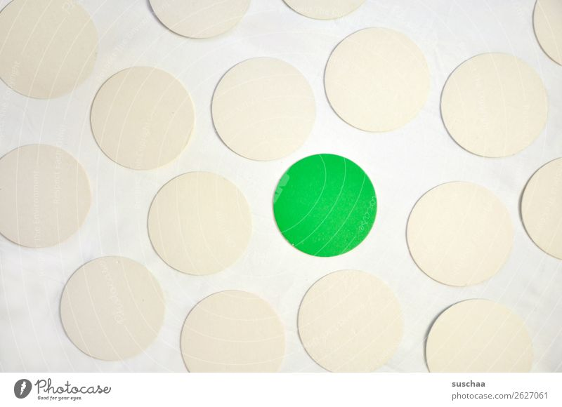 der grüne punkt rund Kreis Punkt Farbe weiß Symbole & Metaphern assoziativ Mittelpunkt Ausnahme Außenseiter Randgruppe herausragen herausstechend auffallend