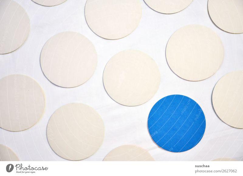 der blaue punkt rund Kreis Punkt Farbe weiß Symbole & Metaphern assoziativ Mittelpunkt Ausnahme Außenseiter Randgruppe herausragen herausstechend markant
