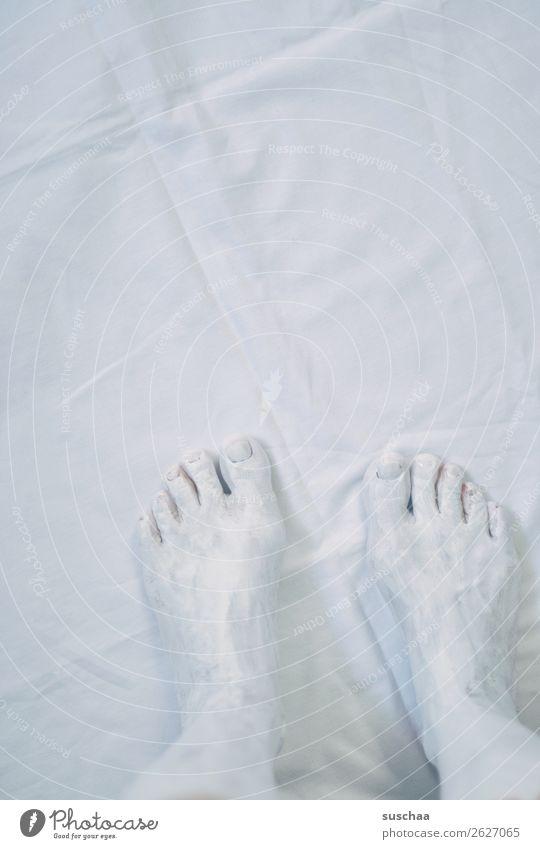 farblos (2) weiß hell Fuß Zehen Zehennagel Farbe angemalt Stoff Tuch Falte Pediküre Kosmetik Behandlung Fußmaske Wellness Wohlgefühl stehen Beine kontrastlos
