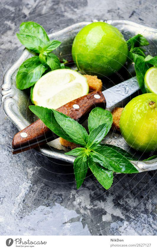 Frische grüne Minze und Limone Kalk Bestandteil Mojito trinken Saft Zitrusfrüchte Cocktail frisch Frucht Eis Scheibe Sommer Getränk Blatt Zitrone Alkohol