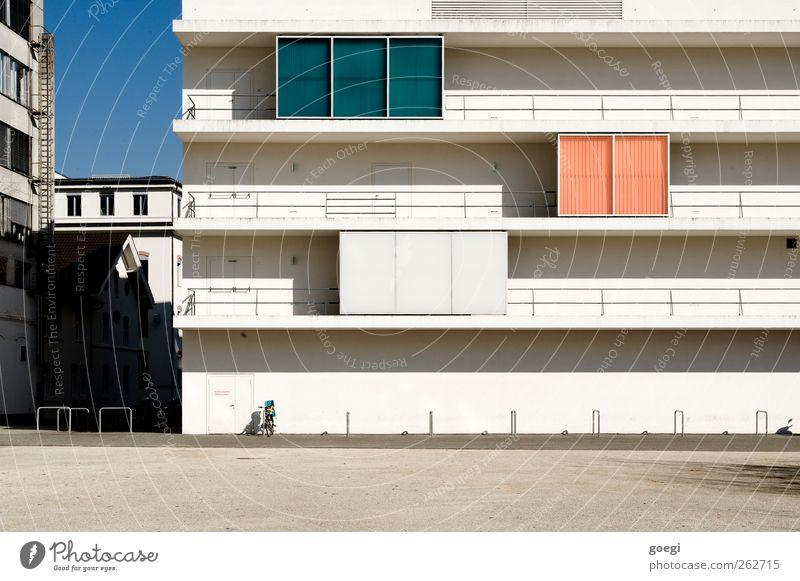 Farbmustersammlung Himmel Wolkenloser Himmel Haus Industrieanlage Platz Bauwerk Gebäude Architektur Kongresszentrum Kongressgebäude Fassade Balkon Geländer