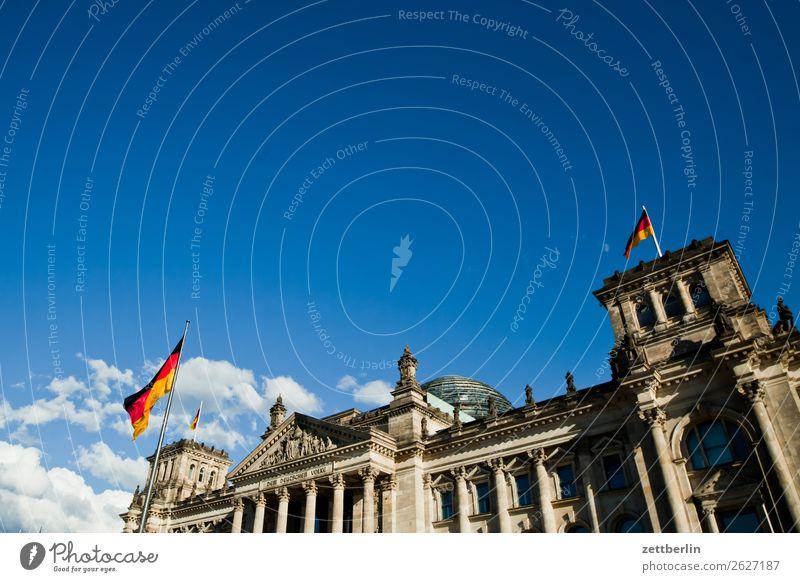Der Bundestag Architektur Berlin Deutscher Bundestag Deutschland Deutsche Flagge Demokratie demokratisch euro Europa Fahne Froschperspektive Hauptstadt Himmel