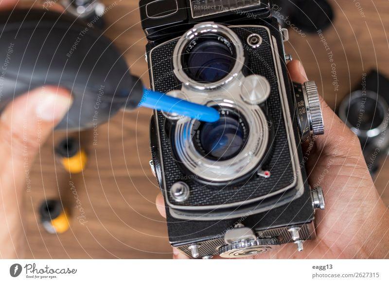Durchführung der Reinigung von Vintage-Fotokamerafilmen Freizeit & Hobby Werkzeug Technik & Technologie Auge alt retro schwarz Antiquität Versammlung