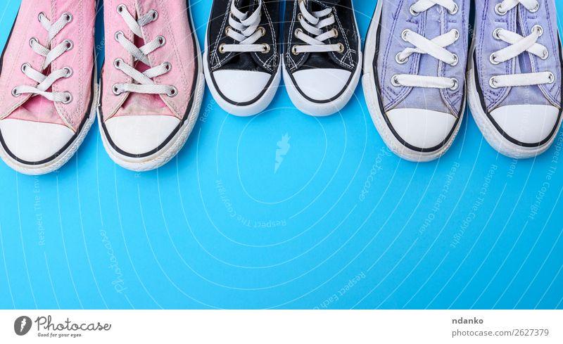 drei Paar textilgetragene Schuhe auf blauem Hintergrund Lifestyle Stil Design Fitness Sport Joggen Mode Bekleidung Turnschuh Rost alt dreckig trendy modern