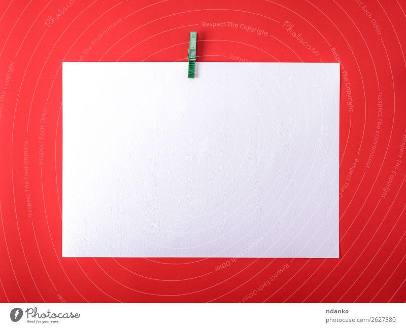 weißes leeres Zeichenblatt auf grüner Plastikklemme lernen Büro Business Kunst Papier Zettel Sauberkeit rot Schot Hintergrund Konsistenz Wasserfarbe Hinweis
